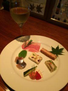 ユルベルトの前菜盛り合わせと白ワイン